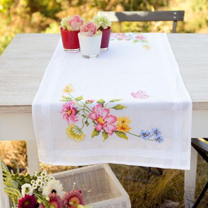 Striscia fiori e farfalle volanti da vervaco per la casa for Punto croce fiori e farfalle
